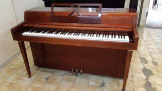 Piano droit d'étude YAMAHA Spinet acajou ciré