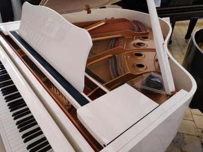 Piano quart queue d'occasion YAMAHA GC1 blanc avec système silencieux