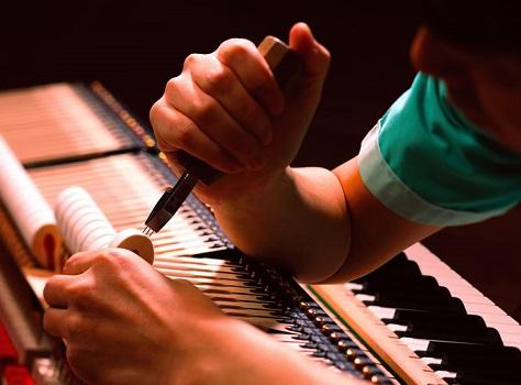 Piquage, harmonisation et égalisation de son par le maitre artisans facteur de pianos KAWAI